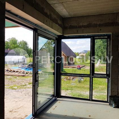 Objekts Valmierā - HS paceļami bīdāmās durvis savienotas 90 grādos ar logu